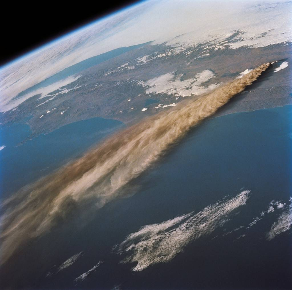 penacho volcanico desde el espacio - efimarket