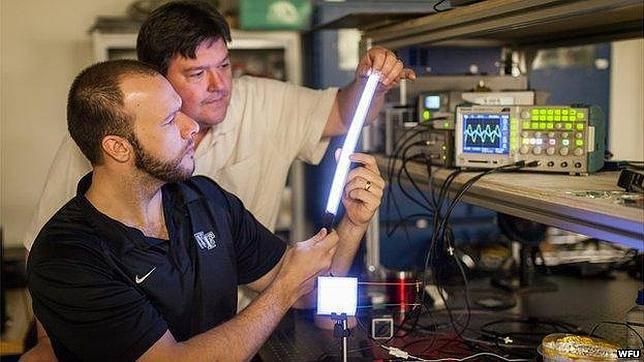 La bombilla de plástico que acabará con los tubos fluorescentes