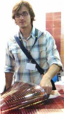 Mariano Campoy, con un panel solar plástico de la empresa Konarka