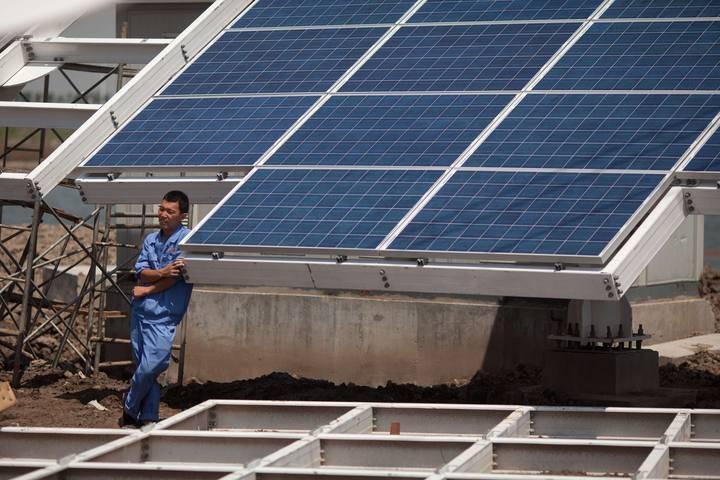 La CE impone un arancel temporal del 11,8% a la importación de paneles solares chinos