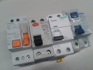 Fotografía de cuatro interruptores diferenciales normales